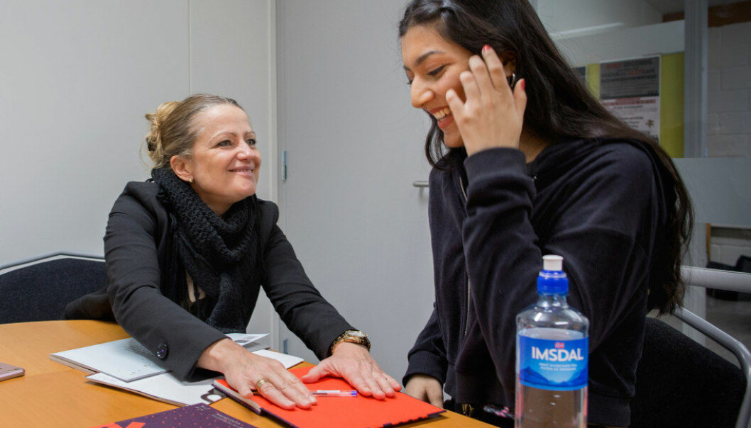 – Jeg må jo ha autografen din, Sarah, sier Heidi Marianne Sveipe Bahmanyar til sin tidligere elev Sarah Zahid. – Jeg så tidlig at du var en skriver, sier hun. Foto: Tom-Egil Jensen