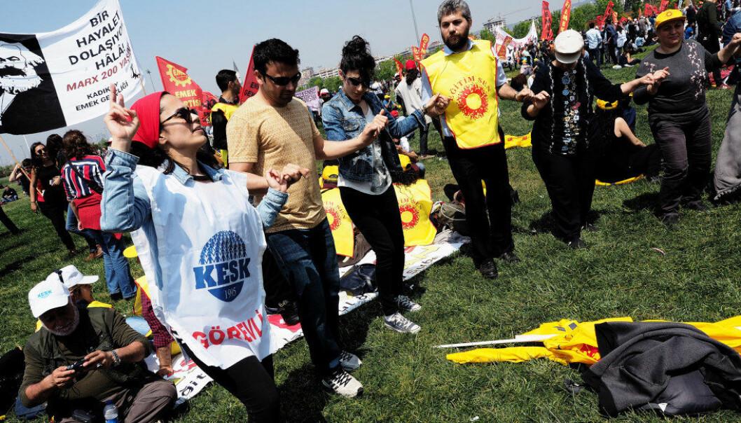 Her feirer medlemmer i fagforeningene Eğitim Sen og Kesk, konføderasjonen av offentlige ansatte, 1. mai i Istanbul. Foto: Ola Gamst Sæter