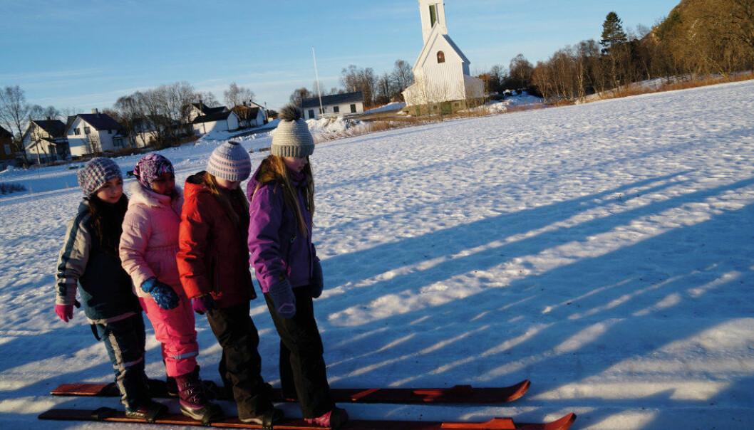 Samarbeid er helt nødvendig når fjerdeklassingene Amani, Hudo, Stina og Eline fra Melbu skole skal gå på ett par ski. At det settes av tid til samarbeid er sentralt når nye læreplaner nå skal lages i alle fag. Foto: Marianne Ruud