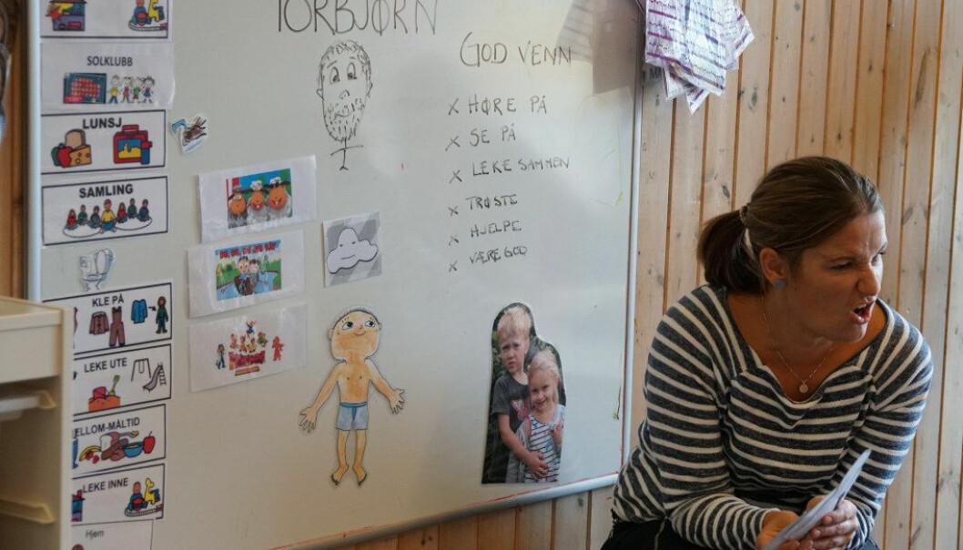 Barnehagelærer Stine Johansen leder språksamlingen med mye engasjement og god innsikt i hvordan barn lærer å utvide ordforrådet sitt. Hva kan du gjøre sammen med en god venn, var tema for samlingen. Foto: Marianne Ruud