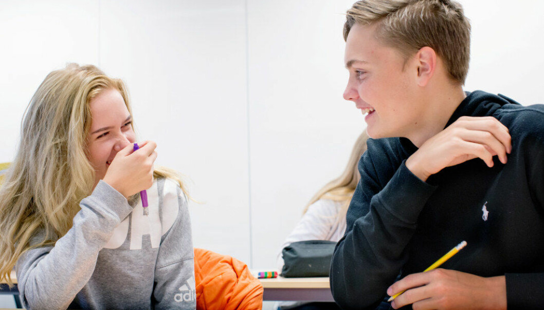 Egenskaper som «tapperhet», «kjærlighet» og «godhet» satte helse og oppvekst-eleven Marcus M. Bjerkeli på Emma Marie Begby. – Veldig koselig å høre, og så er det bra egenskaper å ha når man skal jobbe med mennesker, sier Emma Marie. Marcus på sin side ble «varm inni seg» over å høre at klasse-venninnen mente han hadde egenskaper som «sosial intelligens». Foto: Tom-Egil Jenssen