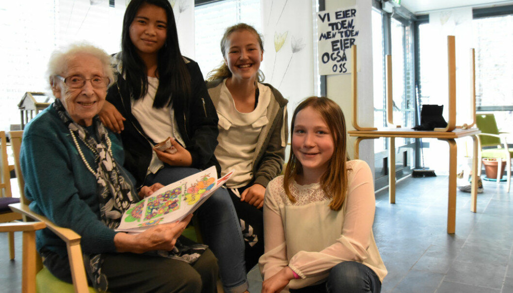 Kjellborg Marie Svendsen med livshistorien sin i fanget. Den er skrevet av Dawtdawt Tlaling, Sonya Maham og Amalie Hanasand-Iversen. Foto: Kirsten Ropeid