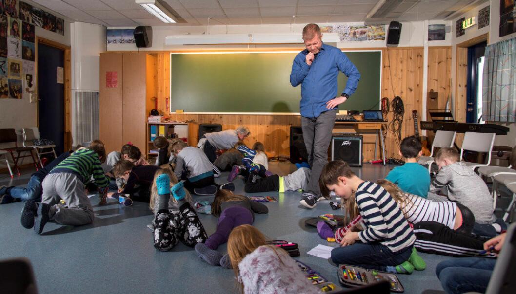 Lærer Einar Carl Opsahl trives godt blant elevene sine, og det er først og fremst der lærerspesialistene skal være. Lærerspesialistordningen er ment å være en alternativ karrierevei for lærere som ønsker å bli i klasserommet. Erik M. Sundt