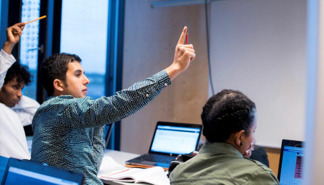 På Thor Heyerdahl videregående skole i Larvik får unge flyktninger under 20 år tilbud om utvidet grunnskoleopplæring i inntil to år. I kombinasjonsklassen kan de også velge å ta fag fra videregående samtidig. Her fra venstre: Efrim Goitim Kiros, Nawid Angar og Milion Gebreselaise. Foto: Erik M. Sundt