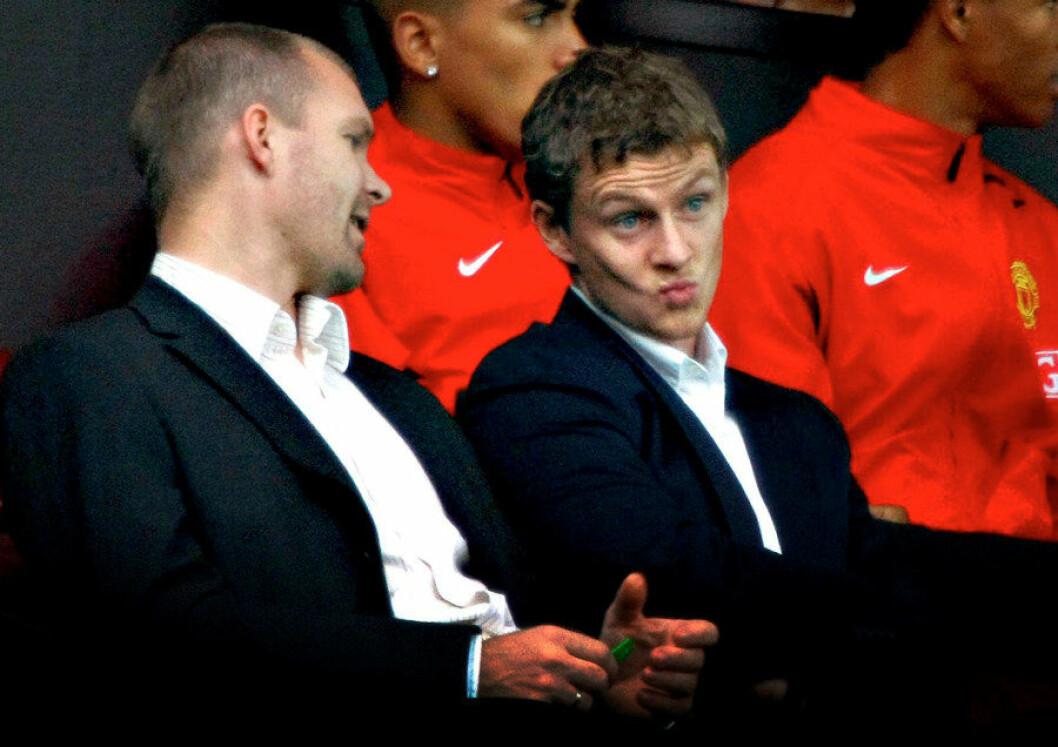 Fotballagent Jim Solbakken og Ole Gunnar Solskjær på tribunen på Old Trafford i Manchester i 2007. Foto: Fredrik Solstad, VG/NTB Scanpix
