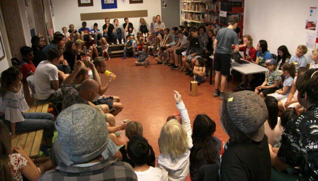 Det ukentlige saksmøtet ved Nyskolen blir ledet av ungdomsskoleelevene. De yngste kan få hjelp av eldre elever til å fremme sine saker. Foto: Tore Brøyn/Bedre Skole