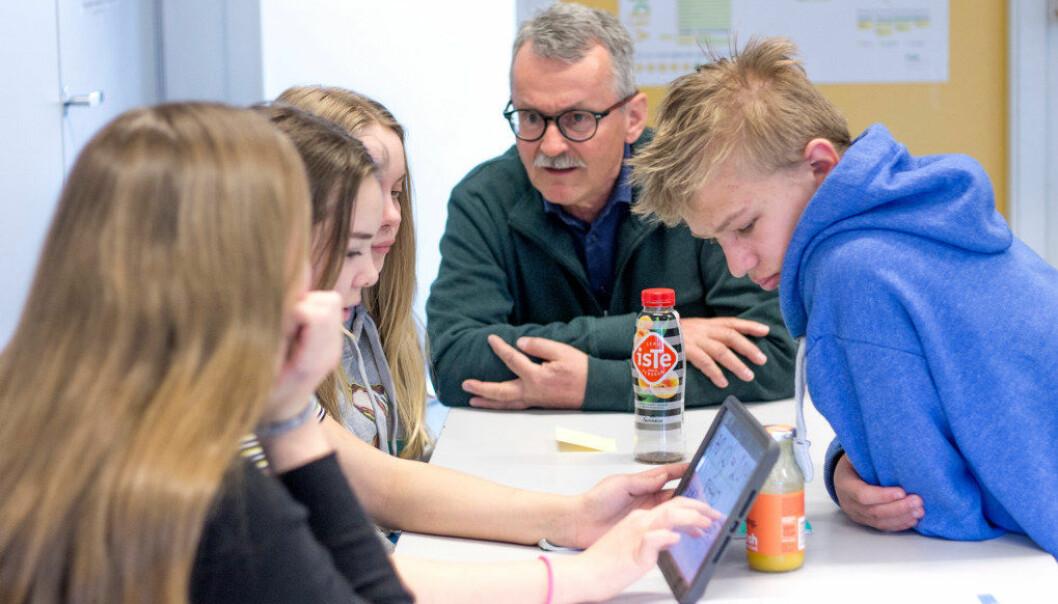 Ada, Alva, Ida og Ferdinand i klasse 9b på Ramstad skole får veiledning av Steinar Hagen underveis i gruppearbeidet. Foto: Johanna Håland