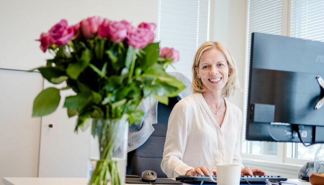 Hun har blitt ønsket velkommen med blomster og føler seg vel tatt imot. Marte Gerhardsen sitter i åpent kontorlandskap sammen med flere i Utdanningsetatens kontorer på Helsfyr i Oslo. Foto: Joakim S. Enger