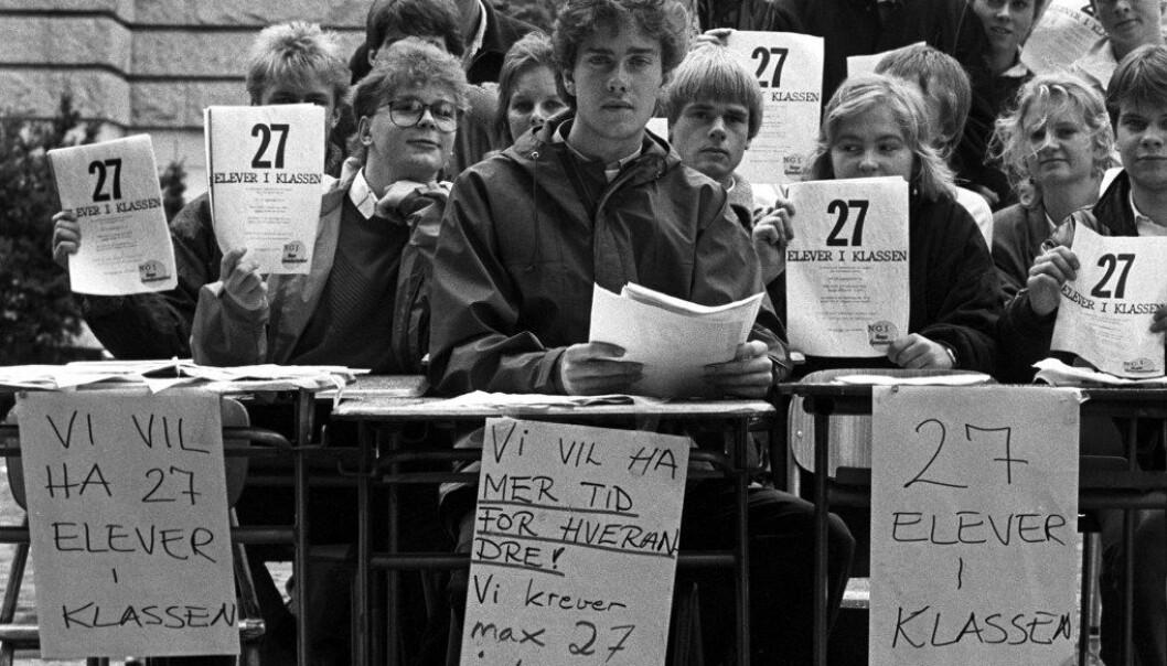 Ola Peter Gjessing (foran) og elever fra Norges Gymnasiastsamband demonstrerte 22. august 1986 utenfor Nationaltheatret mot for mange elever per skoleklasse. De krevde maksimum 27 elever per klasse. Foto: Frode Pedersen, Aftenposten/NTB Scanpix