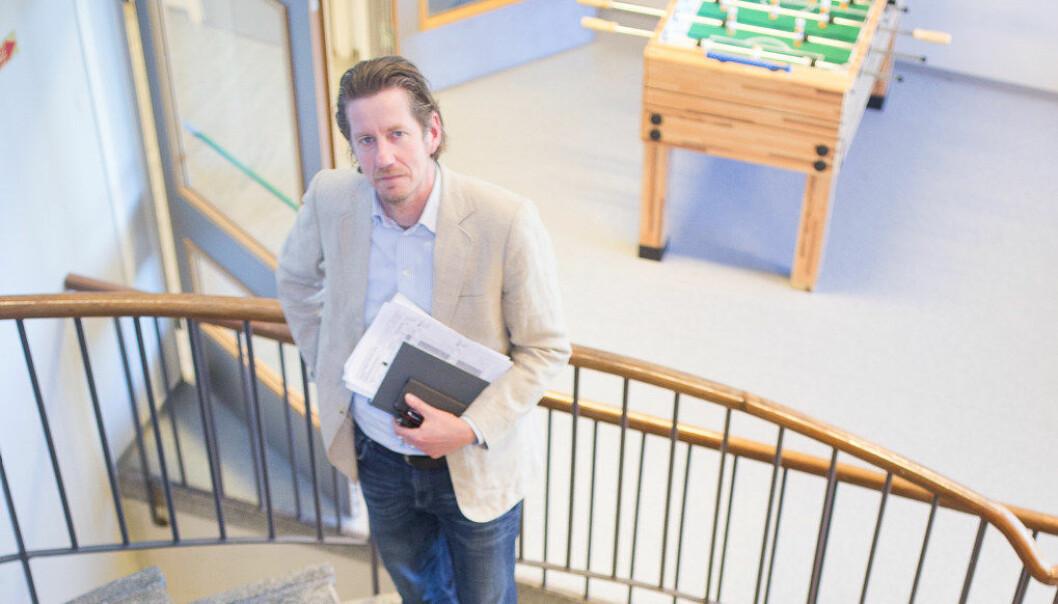 Åge Hvitstein mener skoleledelsen ved Sandefjord videregående skole bevisst planlegger med for få undervisningstimer.  – Dette rammer de svakeste elevene, sier han. Foto: Hans Skjong