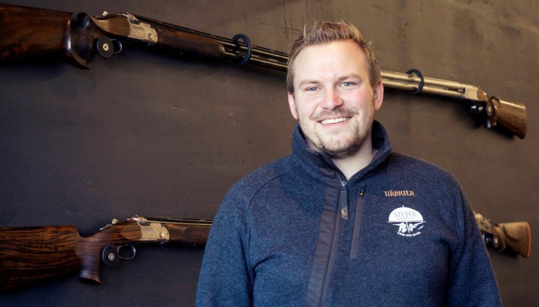 Jens Andreas Myhr foran «skryteveggen» på verkstedet. På veggen henger haglen han har bygd til seg selv og en av kameratene. Foto: Karina Lein