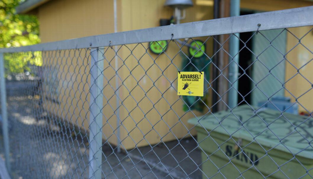 Disse skiltene kan skape uro og forvirring. Barnehagen i Oslo har ikke satt opp strømgjerder rundt barnehagen, men et belte som holder rottene ute. Foto: Snorre Schjønberg