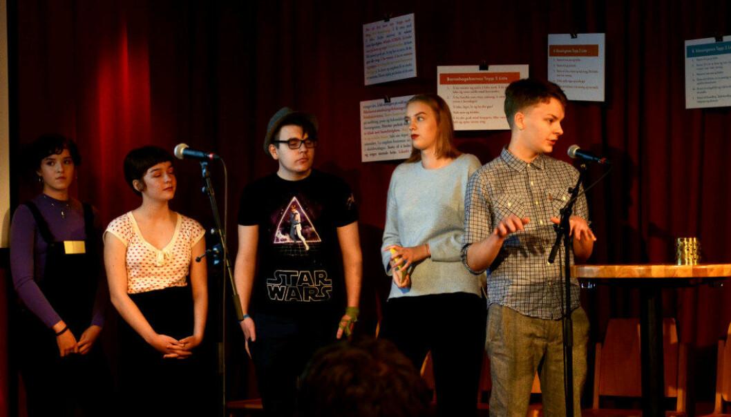 Bak rapporten «Kidza har rett» er det en redaksjonskomite bestående av unge mellom 13 og 17 år. Her representert ved Magnus Thun, som snakker i mikrofonen. Med seg har han (f.v.) Erle Harsvik, Hayden G. Mybostad, Iver Daaland Aase og Solrun Nyborg.