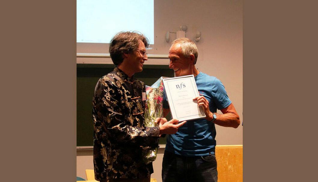 Prisvinner Robert Pehrson til venstre og leder av Norsk fysikklærerforening Morten Trudeng til høyre. Foto: Privat