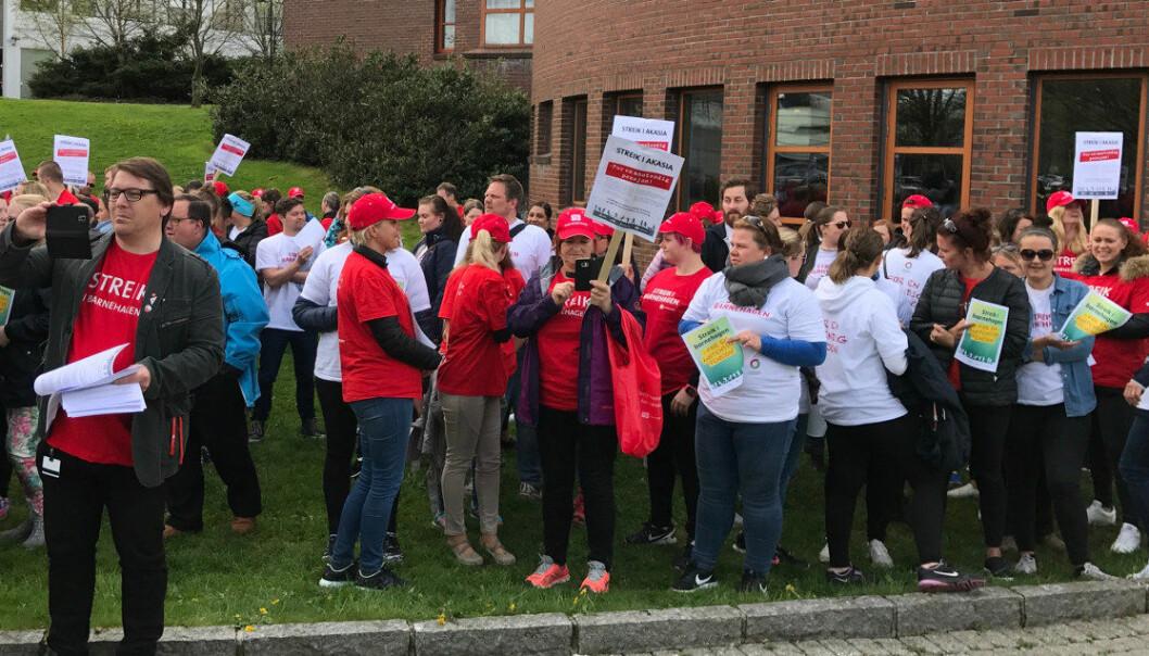 101 medlemmer i Utdanningsforbundet er nå i streik i Akasia-barnehager i Hordaland og Rogaland. Bildet er fra en streikemarkering tidligere denne uka. Foto: Odd Arild Viste, Utdanningsforbundet