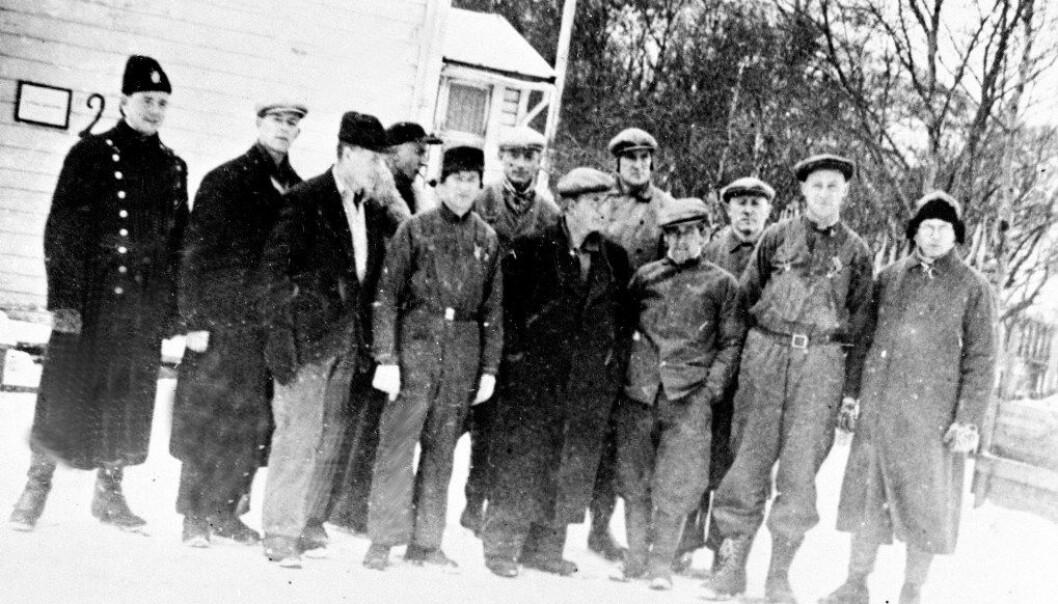 """Norske lærere ble arrestert for motstand mot nazifiseringen av den norske skolen. Her er 11 arresterte lærere på tvangsarbeid i Kirkenes våren 1942, den såkalte """"Gartnergjengen"""". Foto: NTB Scanpix"""