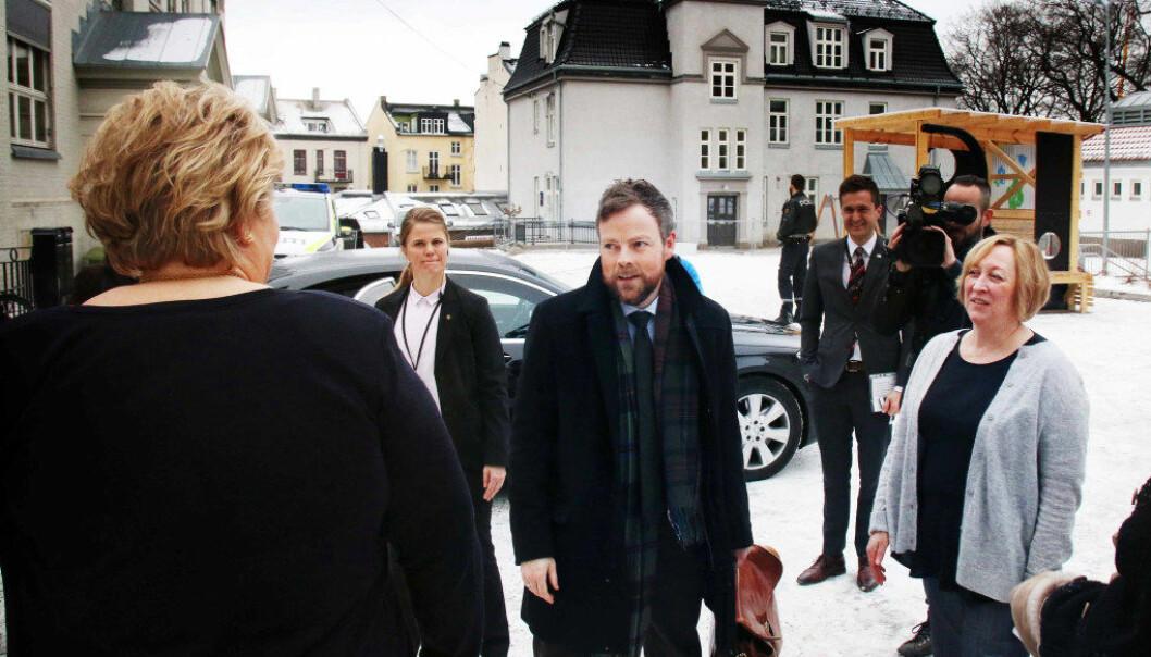 Kunnskapsminister Torbjørn Røe Isaksen i samtale med statsminister Erna Solberg og rektor ved Sofienberg skole, Wenche Savalon. Foto: Jørgen Jelstad.