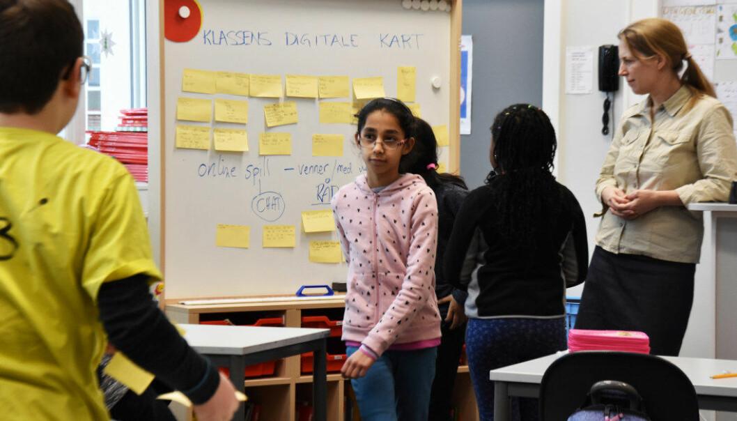 Barna i 4B ved Sinsen skole i Oslo er enige om at mobbing og utestenging på nettet er like uakseptabelt som mobbing og utestenging i andre sammenhenger. Her har Laura Jane NdHlovu skrevet sitt råd på en gul lapp og festet den på tavla. Foto: Kirsten Ropeid