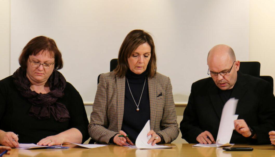 29. november vart tariffavtalen underteikna av kommunane sin forhandlingsleiar Inga Rún Ólafsdóttir (til venstre), riksmeklar Bryndís Hlöðversdóttir og Olafur Loftsson, leiar for grunnskulelærarane. Måndag denne veka vart det klart at fleirtalet av grunnskulelærarane røysta ja. Foto Aðalbjörn Sigurðsson