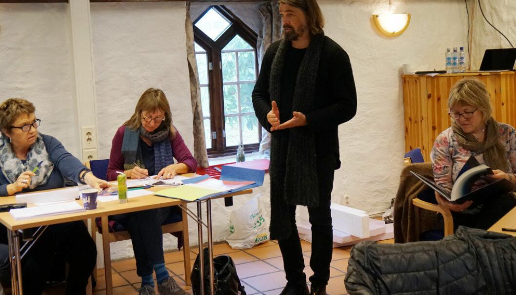 Teatersjef ved Rogaland teater, Arne Nøst, underviste i enkel scenografi med amerikanske Robert Wilson som en av inspirasjonskildene. Foto: Marianne Ruud