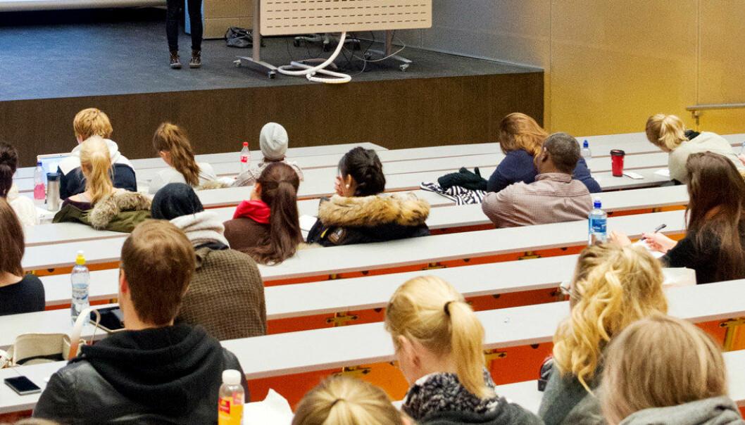 Mens flere lærere i grunnskolen i Danmark skifter jobb etter reformen og nye arbeidstidsregler, opplever elever i den videregående skolen at lærernes deres er lojale og blir i jobben livet ut. Arkivfoto: Utdanning