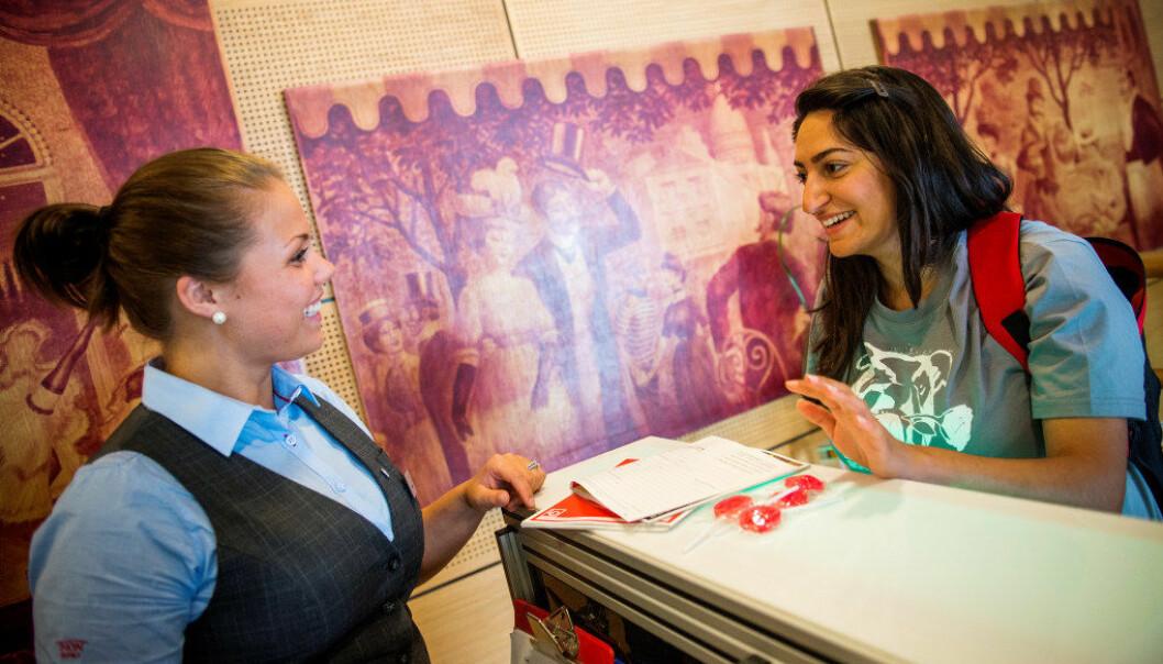 LOs sommerpatrulje besøker tusenvis av arbeidsplasser hver sommer og snakker med ungdommer som jobber. Her snakker Mandana Yousefi fra LO med hotellærling Thea-Malen Skårberg (t.v.). Foto: Fredrik Varfjell / NTB scanpix