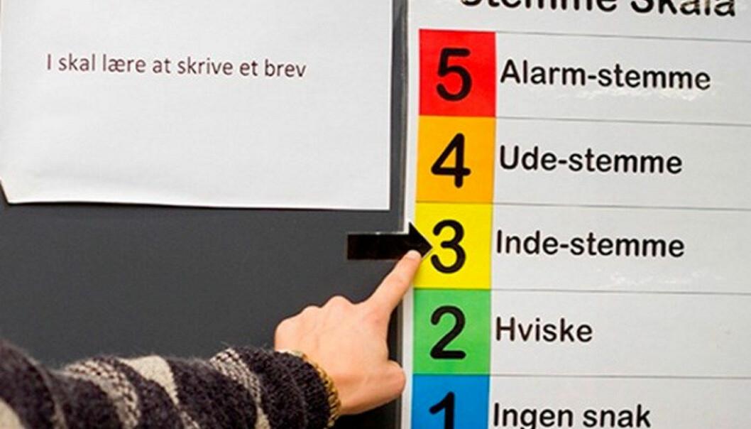 Skolen bruker en stemmeskala, som forteller med farger og tall hvor høyt man får lov å snakke. Foto: Aarhus kommune