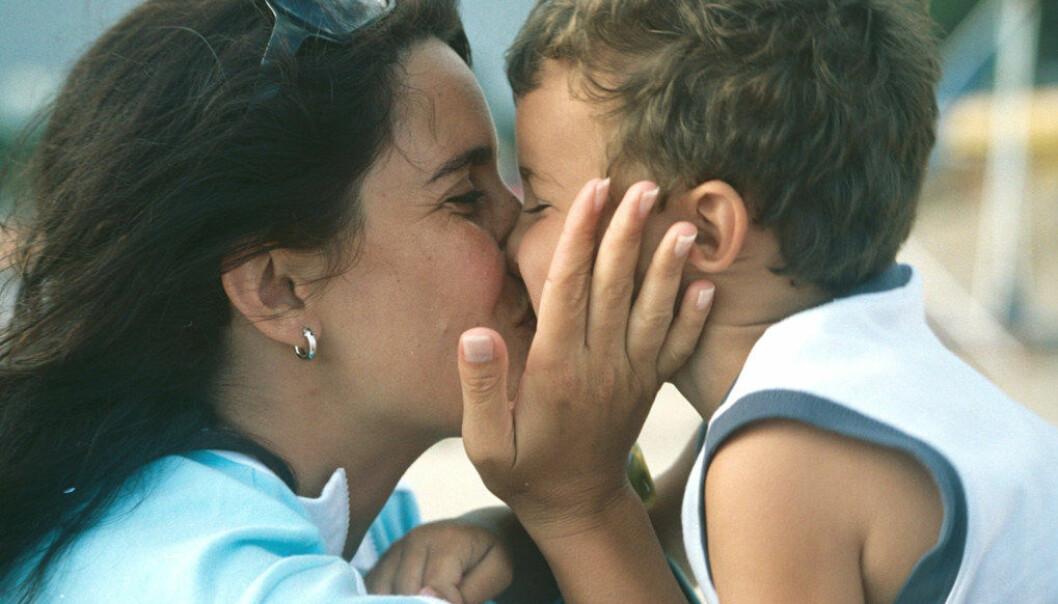 Hos lesbiske par er lønnsforskjellene nesten visket ut noen få år etter barnets fødsel. Hos heterofile par fortsetter lønnsforskjellene. Foto: Sebastian Danon, Free Images