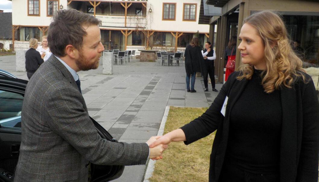 Studentleder Silje Mari Bentzen hilser på statsråd Torbjørn Røe Isaksen i forbindelse med landsmøtet til Pedagogstudentene i Utdanningsforbundet. Foto: Fred Harald Nilssen