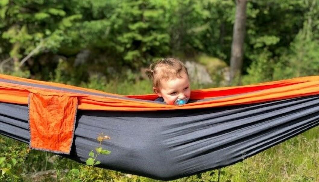Arwen Victoria Weder-Jensen sover daglig i hengekøye, utendørs. Foto: Nora Borgen Govertsen