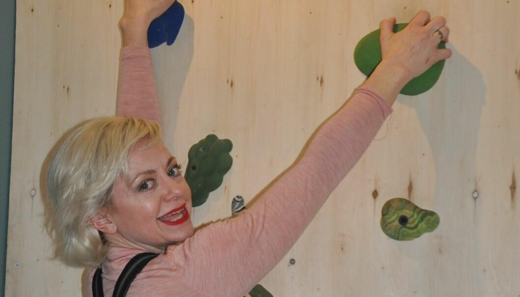 Jazzsanger og revyartist Hilde Louise Asbjørnsen likte å sitte på toppen av klatrestativet i barnehagen og har ikke glemt klatrekunsten ennå. Foto: Kjersti Salvesen