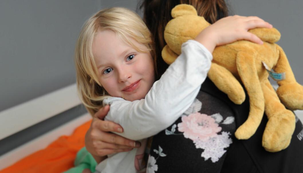 Thea Krantz (6) får en nattaklem av barnepleier Sara Sandberg i Sjöelefanten barnehage i Göteborg, som har døgnåpent for foreldre som jobber skiftarbeid. Foto: Marianne Otterdahl-Jensen