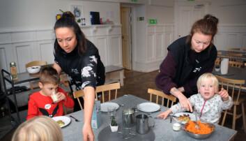 Barnepleierne Sara Sandberg (t.v.) og Nanna van Berlekom hjelper barna med middagen. Det er tre barn som skal sove i barnehagen denne natten.