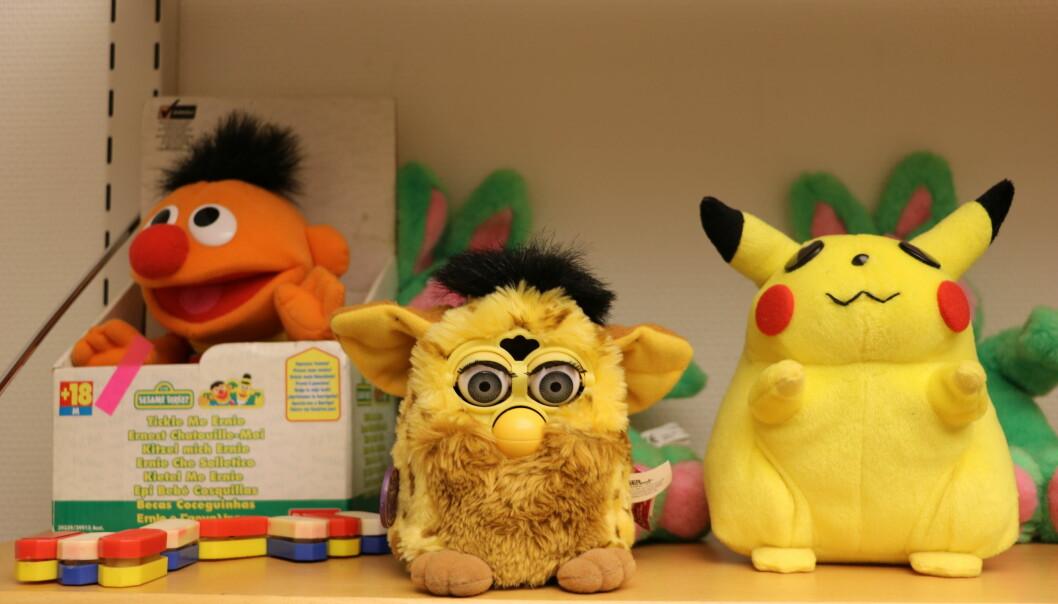 Kanskje kjenner du igjen noen av disse figurene fra samlingen på over 2 500 leker som nå skal stilles ut på Oslo Met? Erling fra Sesam Stasjon, Pikachu fra Pokémon og snakkende Furby fra 90-tallet. Foto: Line Fredheim Storvik