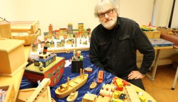Universitetslektor Knut Olav Kristensen ved Oslo Met ønsker å stille ut noen av de 2 500 lekene i lekesamlingen de har lagret på universitetet. Foto: Line Fredheim Storvik