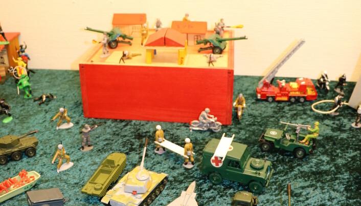 Det var ingen forbud mot krigsleker på 70-tallet. Disse er fra britiske Corgi Toys. Foto: Line Fredheim Storvik
