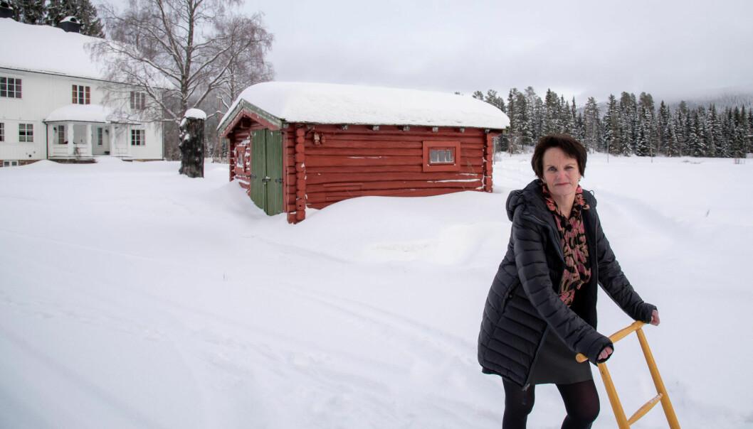 Kjærsti bor på barndomsgården i Trysil. Som 21 åring fikk hun sin første lærerjobb. I dag er hun pensjonist