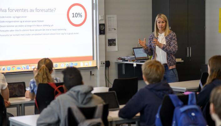 Silje Tjersland bruker ti minutter i hver klasse for å fortelle om hva det innebærer å være en nærværsskole skole, og om hva som skjer hvis fraværet nærmer seg 10 prosent. Foto: Erik M. Sundt