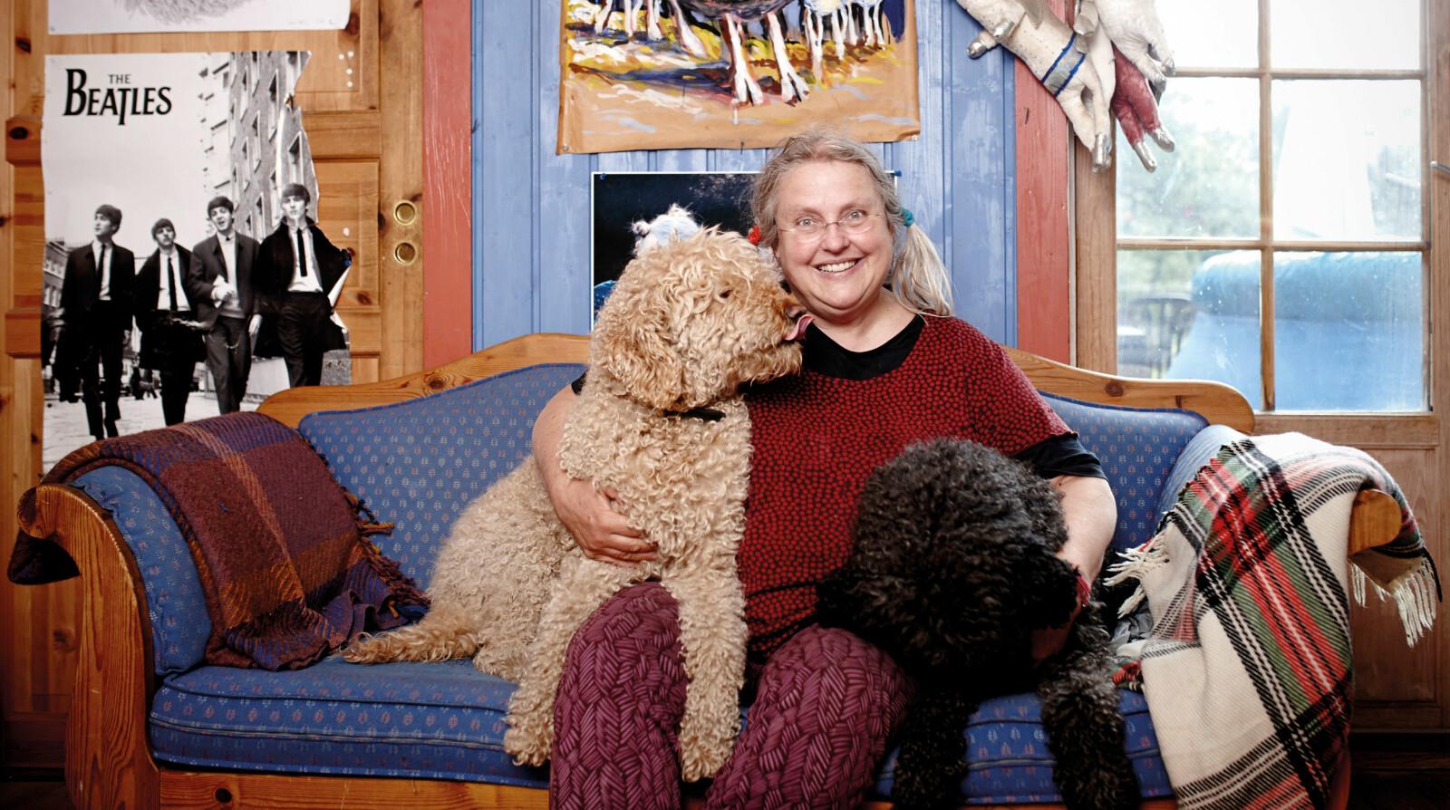Forfatter Gro Dahle finner glede i mye, blant annet hundene sine. - Bare å se på dem kan være en berikelse, sier hun. Foto: Geir Dokken