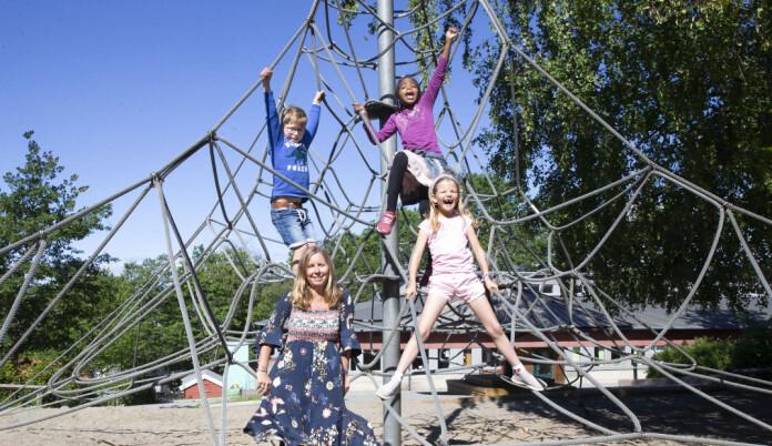 Lek er viktig skal man lærer og barnehagelæreren Johanna sørger for mer lek på Hagaløkka skole. Lea Eine og Samawada. Foto: Eva Groven