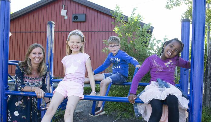 Disse elevene har blitt godt kjent med skolegården. Overgangslærer Johanna sammen med Lea (t.v.) Eine og Samawada. Foto: Eva Groven