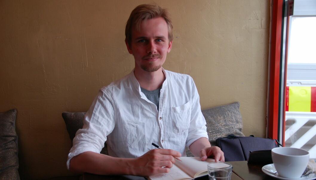 """Marius Henriksen (27) kombinerer lærerjobben med å lage tegneserien """"Storefri"""". Mye av inspirasjonen henter han i hverdagen. Foto: Endre Törngren Nygaard."""