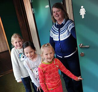 Amalie, Iva Filippa og Alma må lære seg å vente og stå i kø, når alle må på do samtidig, og SFO-leder Torill Hektoen er med. Foto: Marianne Otterdahl-Jensen