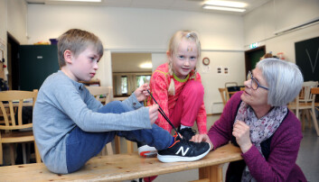 Bård Adrian (t.v.) og Alma øver på å knyte skolissene og får god hjelp av pedagogisk leder Monica Låhne i Semsbyen barnehage. Foto: Marianne Otterdahl-Jensen