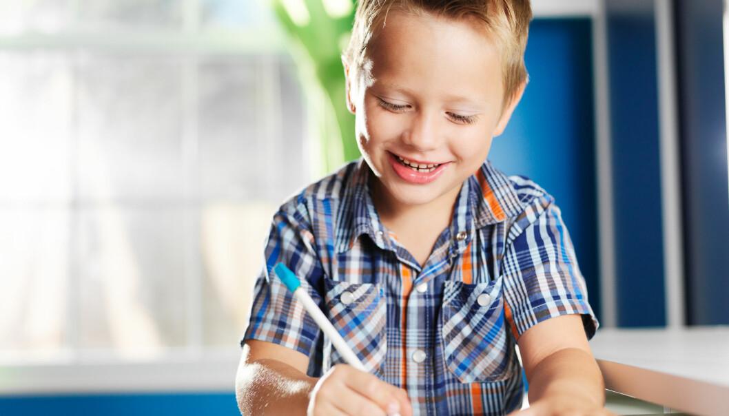 Femåringar skriv både baklengs og spegelvendt. Men skilnaden mellom barnehage og skule ligg i at ingen tok fram raudpennen for å korrigere, skriver Hilde Hofslundengen og Idun A. Husabø
