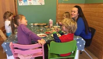 Fagarbeider Maria Olsen og de ansatte i Bakklandet barnehage i Trondheim har brukt måltidet for å få gode hverdagssamtaler. Det har ført til at flere barn deltar i samtalen. Foto: Bakklandet barnehage