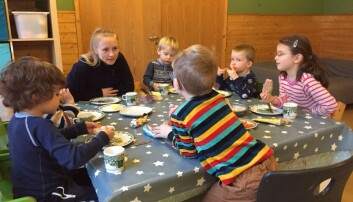 Fagarbeider Elise Lund og de andre ansatte i barnehagen har fått til gode samtaler under måltidene ved å bruke mer åpne spørsmål i stedet for lukkede spørsmål. Foto: Bakklandet barnehage