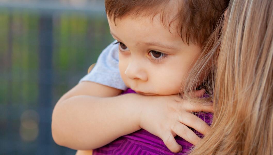Jeg ser at moren til Stian er litt usikker på om hun skal gå, og Stian fornemmer denne usikkerheten. Jeg anerkjenner både Stian og morens følelser, og det gir resultater, skriver pedagogisk leder Cathrine Vignes. Illustrasjonsfoto: Fotolia.com