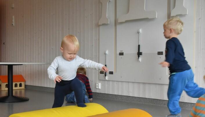 Magnus studerte de andre barnas puteleik lenge før han kasta seg uti det sjøl. Foto: Kirsten Ropeid