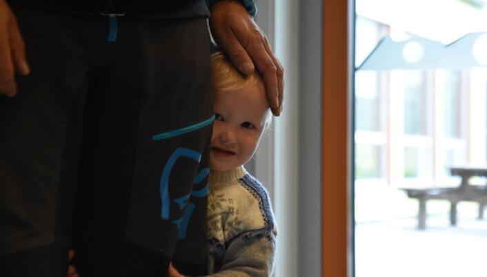 Det er første dagen Magnus er uten foreldre i barnehagen. Svært mye tid tilbringes tett inntil Vegar Abrahamsen. Foto: Kirsten Ropeid